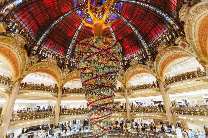 Parijs Frankrijk, November 2014: Vakantie in Frankrijk - Lafayette Galeries tijdens de winterkerstmis stock afbeelding