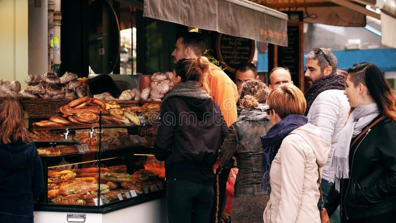 PARIJS, FRANKRIJK - OKTOBER 7, 2017 De klanten bij gebakje blokkeren op de straat stock fotografie