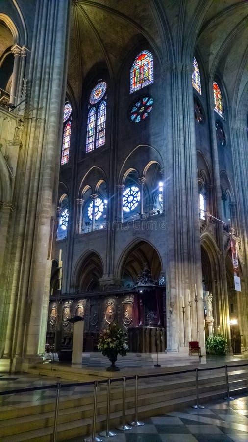 PARIJS, FRANKRIJK - OKTOBER 17, 2016: Notre Dame de Paris Cathedral, Binnenlandse mening van kolommen en gebrandschilderd glas va stock afbeeldingen