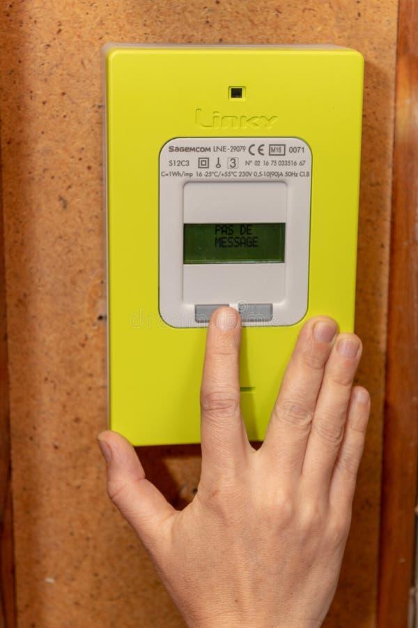 Parijs, Frankrijk - September 30, 2018: Vrouw die nieuwe slimme elektrische meter Linky van het EFRO-de Distributiefrank van het  stock foto's