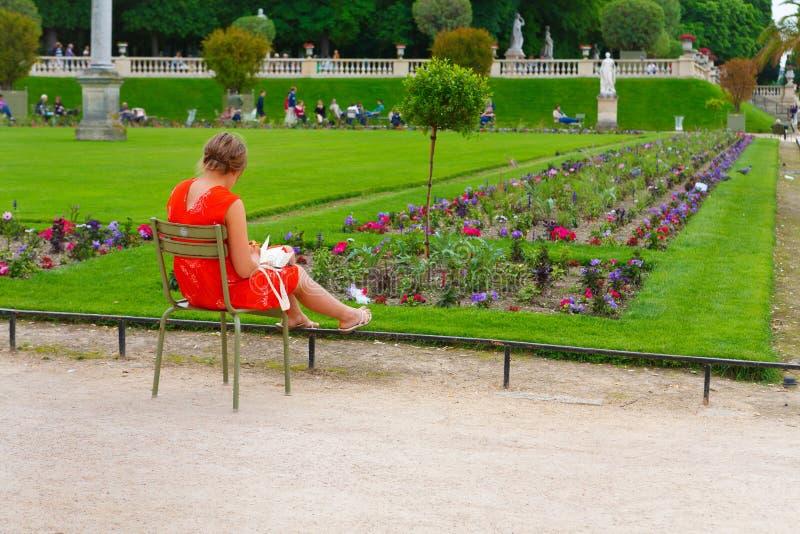 Parijs, Frankrijk, 13 06 2013, vrouwenzitting op een stoel en het werken royalty-vrije stock foto's