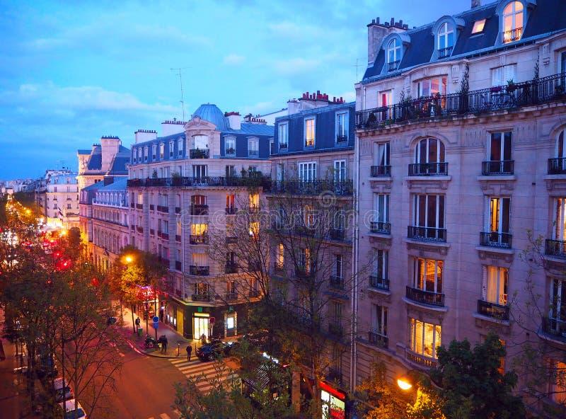 Parijs, het landschap van de nachtstad De modieuze mooie huizen maken een architecturaal complex van stadsstraat Montmartredistri stock afbeelding