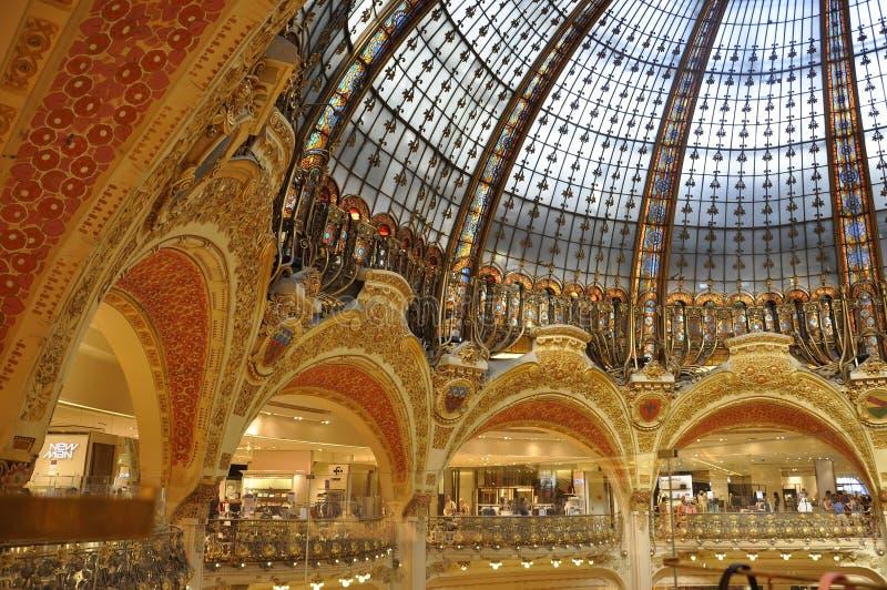 Parijs, 15 Juli: Het binnenland van Lafayette Magasin van Parijs in Frankrijk stock foto
