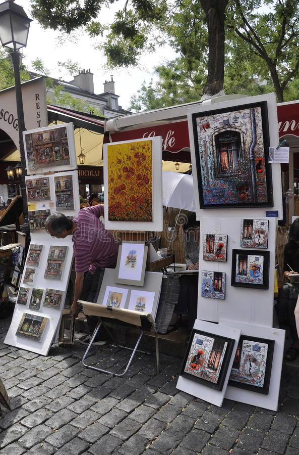 Parijs, 17 Juli: Schilders op zijn plaats DE Tertre van Montmartre in Parijs stock afbeeldingen
