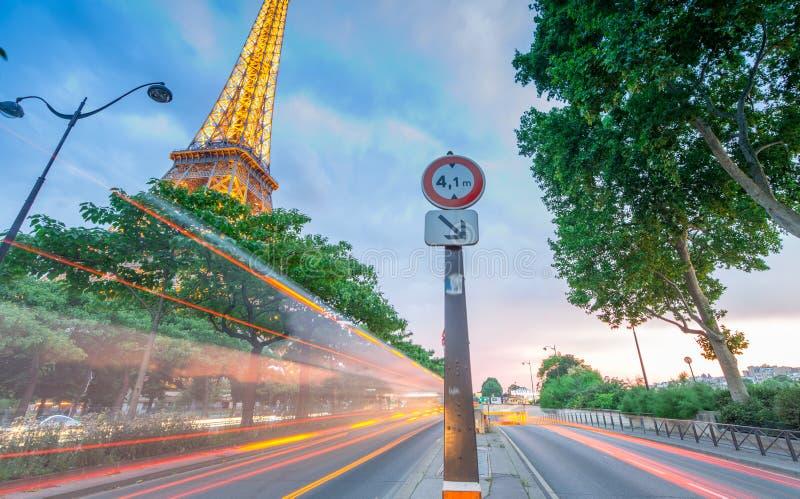 PARIJS - JUNI 16, 2014: De Toren van Eiffel en zijn lichten bij schemer die met verkeerslichten wordt gemengd De toren is het mee royalty-vrije stock afbeelding
