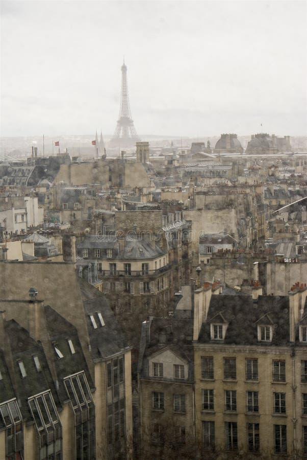 Parijs in regen stock afbeelding