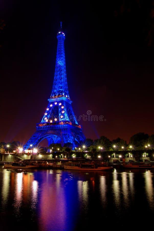 Parijs 's nachts: De toren van Eiffel in blauw stock foto