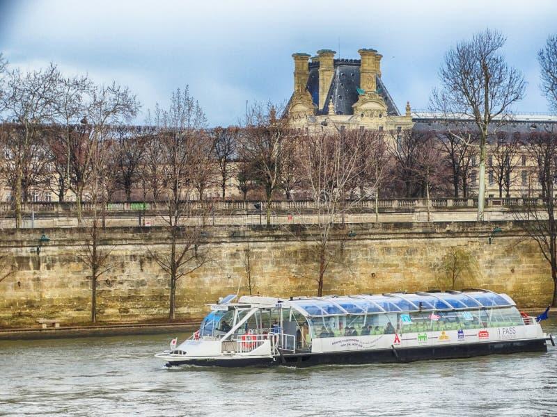 Parijs Sena River Architecture en Gebouwen met Tourisitc-schip stock afbeelding