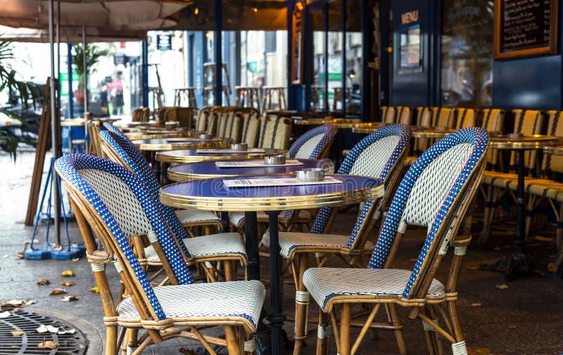 parijs Straatmening van een Bistro met lijsten en stoelen Koffiepari stock afbeelding