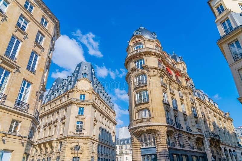 Parijs, typische Parijse voorgevels stock afbeelding