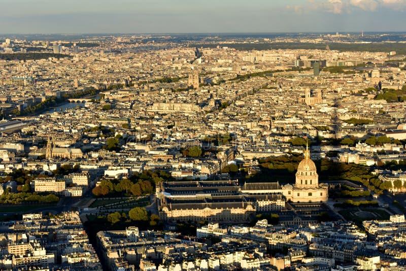 Parijs van de Toren van Eiffel Invalides en Notre Dame Zonsondergang, schaduw van Toren frankrijk royalty-vrije stock afbeeldingen