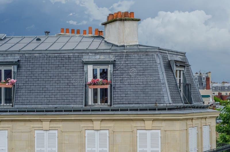Parijse dakflat met grijze betegelde voorgevel royalty-vrije stock fotografie