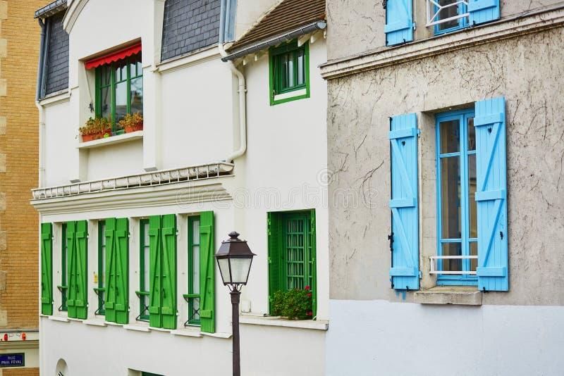 Parijse gebouwen met groene en blauwe vensterblinden royalty-vrije stock fotografie