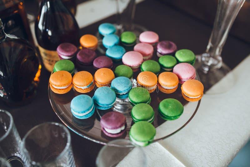 Parijse kleurrijke macarons op de huwelijkslijst stock foto