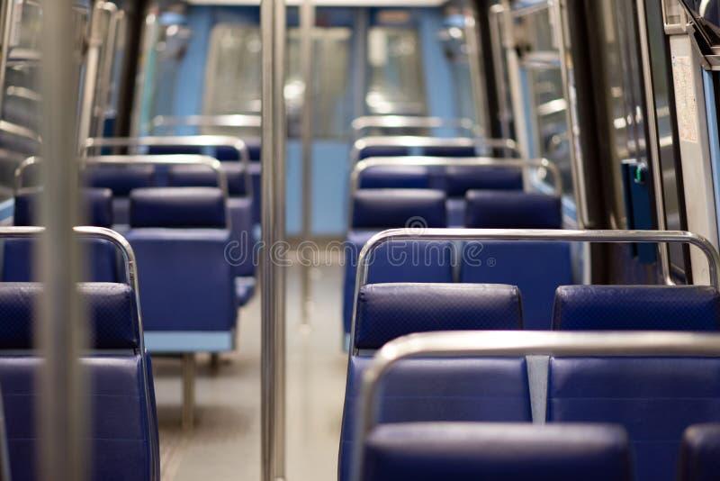 Parijse metro lege zetels stock afbeeldingen