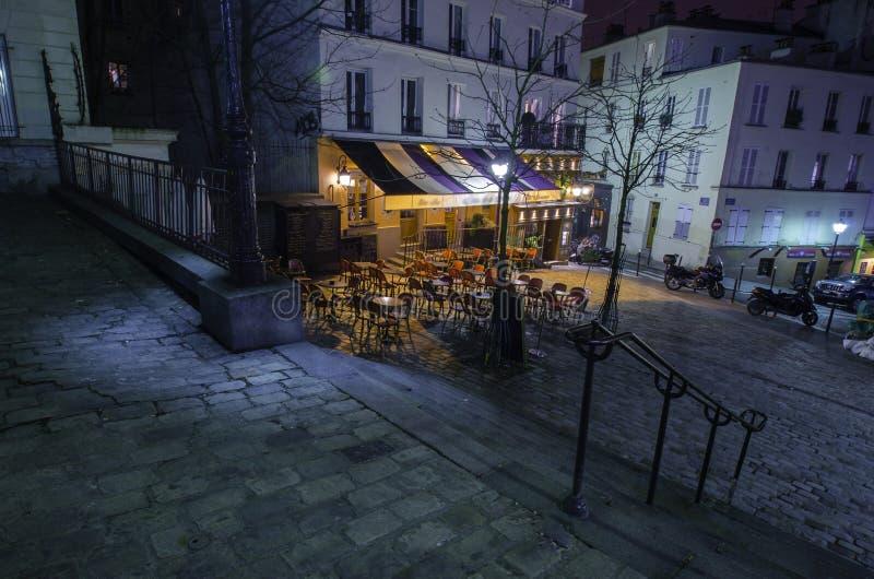 Parijse montmartrekoffie bij nacht royalty-vrije stock afbeelding