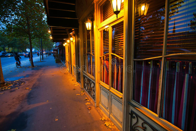 Parijse opslagvoorzijden bij schemer stock foto's