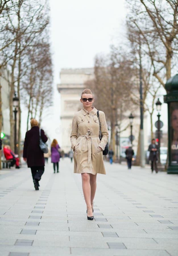 In Parijse vrouw in de straat stock foto's