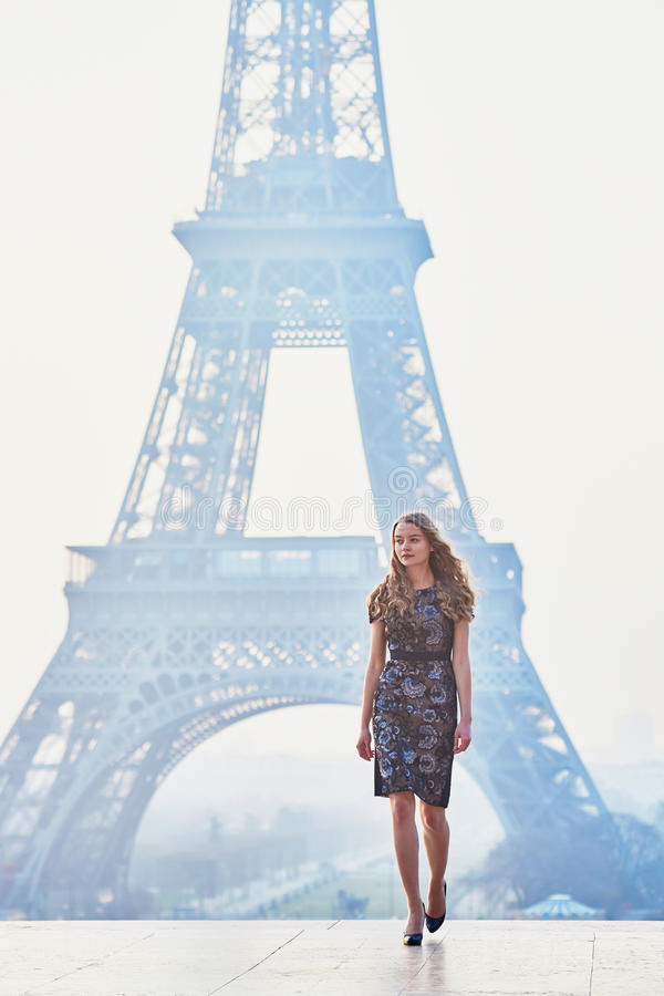 Parijse vrouw dichtbij de toren van Eiffel bij ochtend royalty-vrije stock fotografie