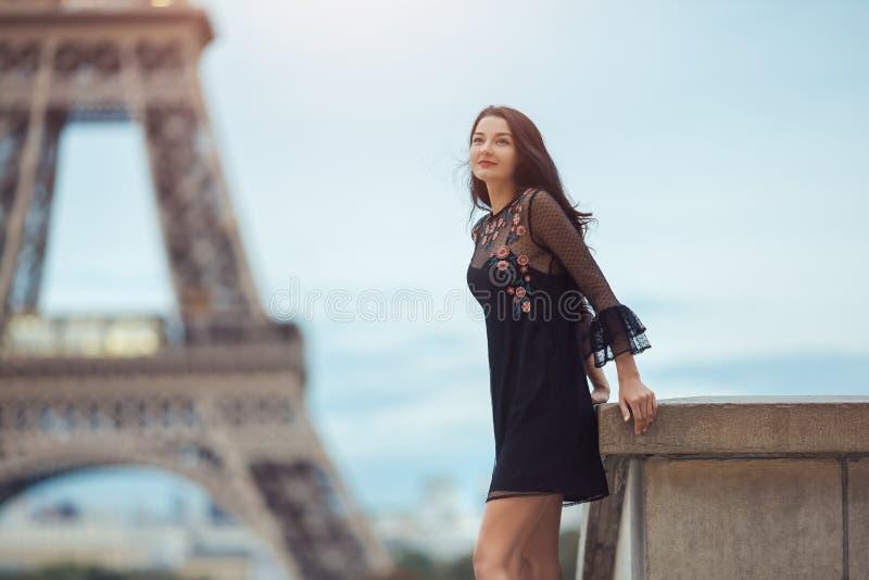 Parijse vrouw dichtbij de toren van Eiffel in Parijs, Frankrijk stock afbeeldingen