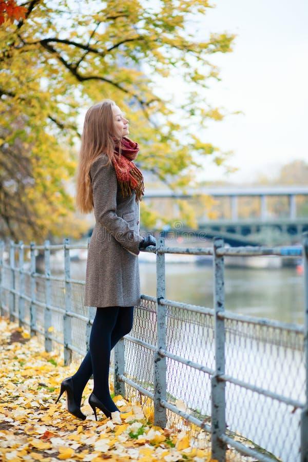 Parijse vrouw op een dalingsdag stock afbeelding
