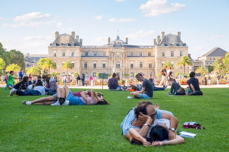Parijzenaars ontspannen bij de Tuin van Luxemburg op een mooie de zomerdag in Parijs stock foto's