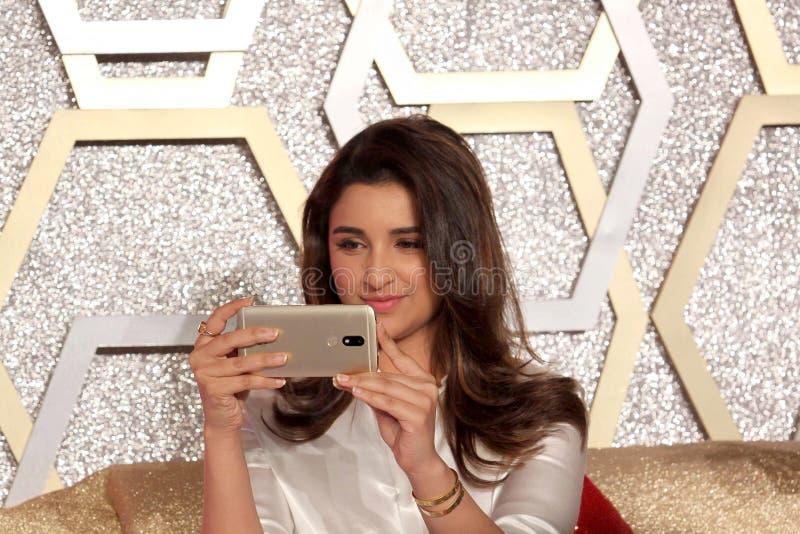 Parineeti Chopra lance le smartphone de Motorola Moto M images libres de droits