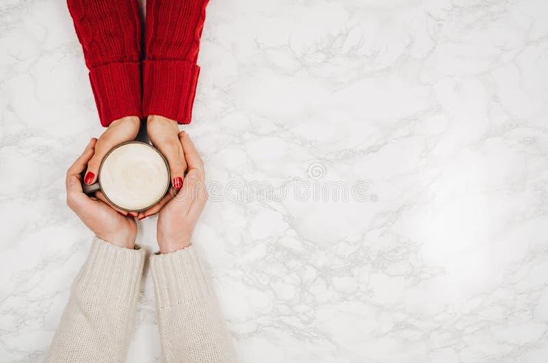 Parinnehavhänder med den vita marmortabellen för kaffe, bästa sikt royaltyfria foton