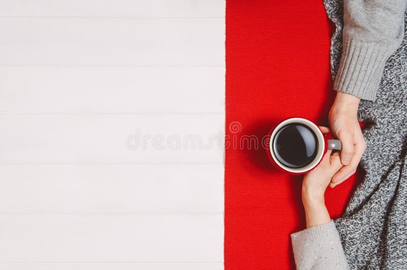 Parinnehavhänder med kaffe på den vita tabellen, bästa sikt royaltyfria foton
