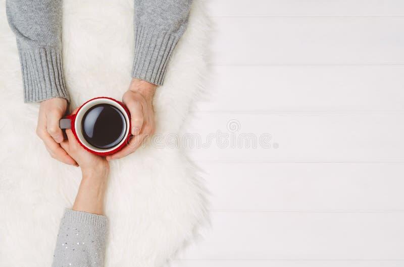 Parinnehavhänder med kaffe på den vita tabellen, bästa sikt royaltyfri fotografi