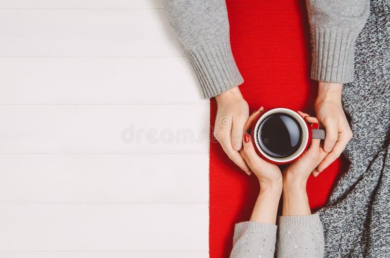 Parinnehavhänder med kaffe på den vita tabellen, bästa sikt royaltyfri foto