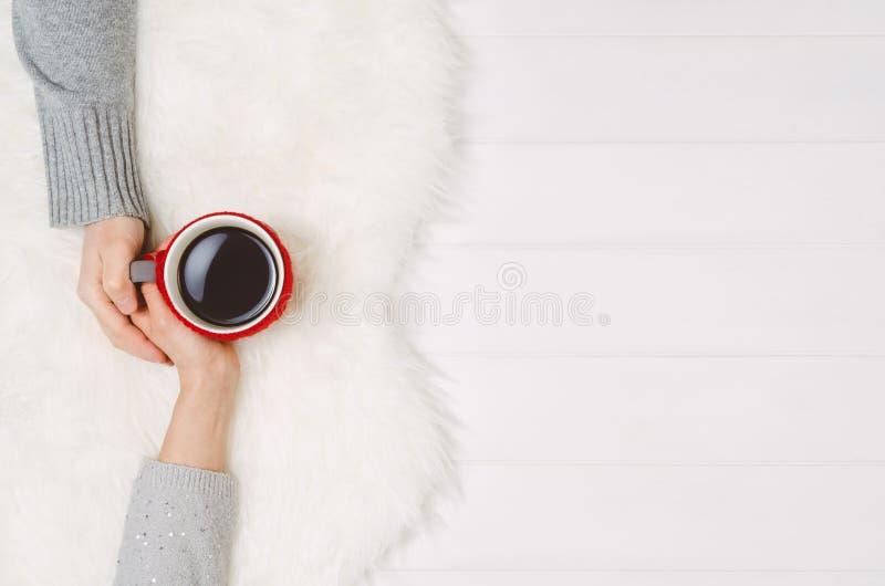 Parinnehavhänder med kaffe på den vita tabellen, bästa sikt arkivbild