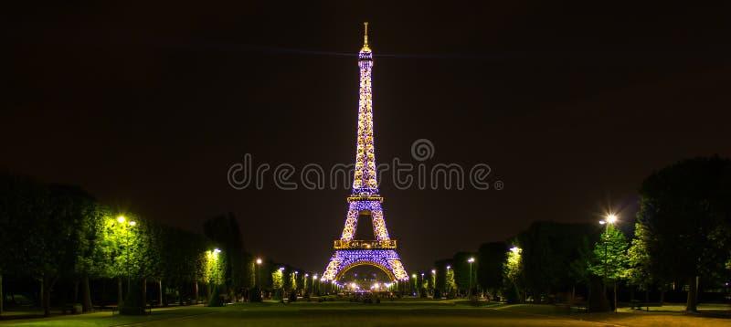 Paris, ÃŽle-de-França/França - 2 de maio de 2011: Uma exposição longa da noite da torre Eiffel efervescente imagem de stock