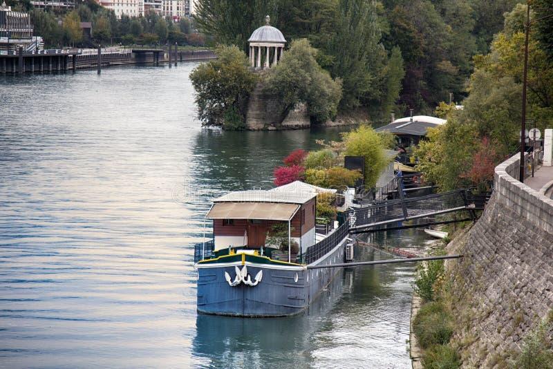 Paris överflöd av förtöjde bostads- pråm för husbåtar arkivbilder