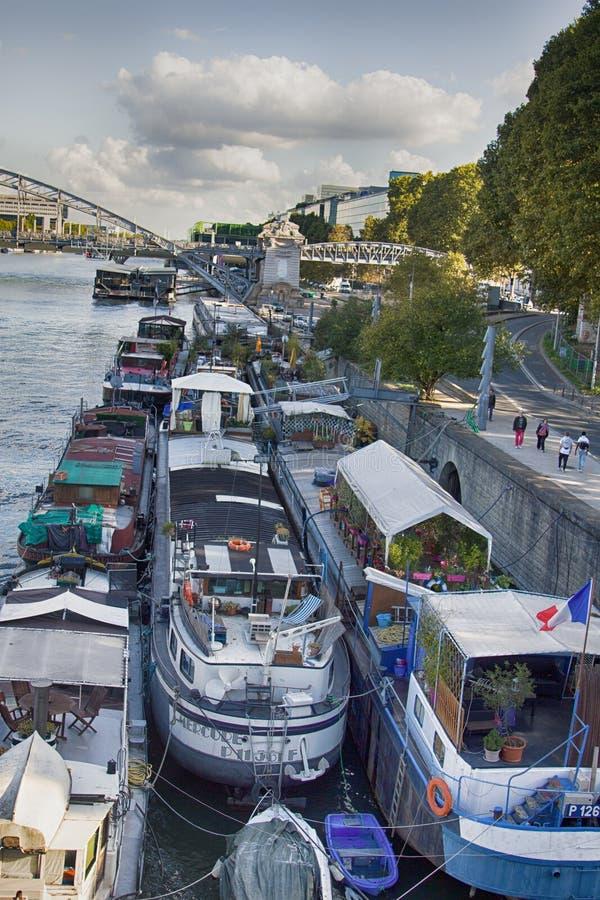 Paris överflöd av förtöjde bostads- pråm för husbåtar arkivbild