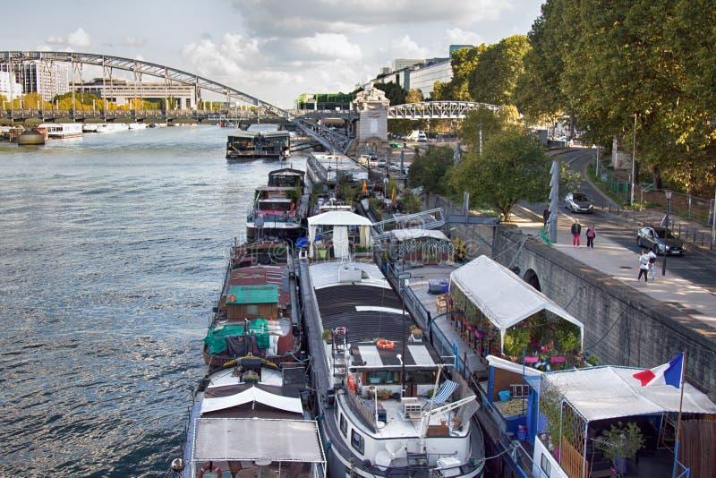 Paris-Überfluss an festgemachten Hausbootwohnlastkähnen stockbilder