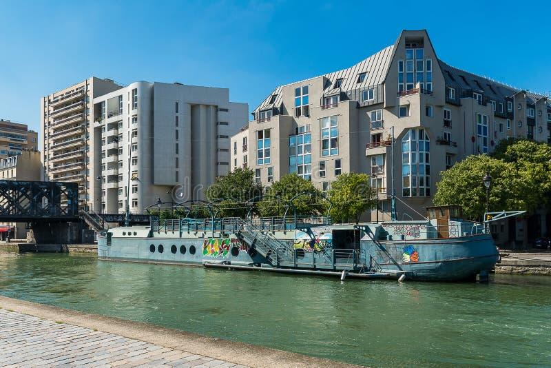 Paris, alter Lastkahn und moderne Gebäude lizenzfreies stockfoto