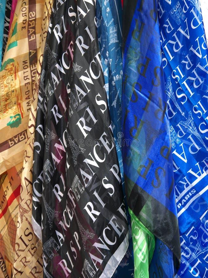 Paris-Andenken-Schals, die für Verkauf hängen lizenzfreie stockfotos
