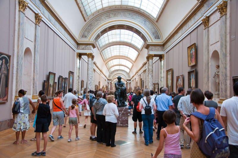 PARIS 18 AOÛT : Visiteurs au musée de Louvre, le 18 août 2009 à Paris, France. photographie stock libre de droits