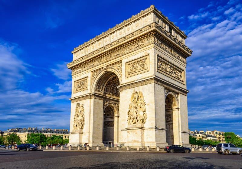 Paris Arc de Triomphe triumf- båge i killar Elysees på solnedgången, Paris fotografering för bildbyråer
