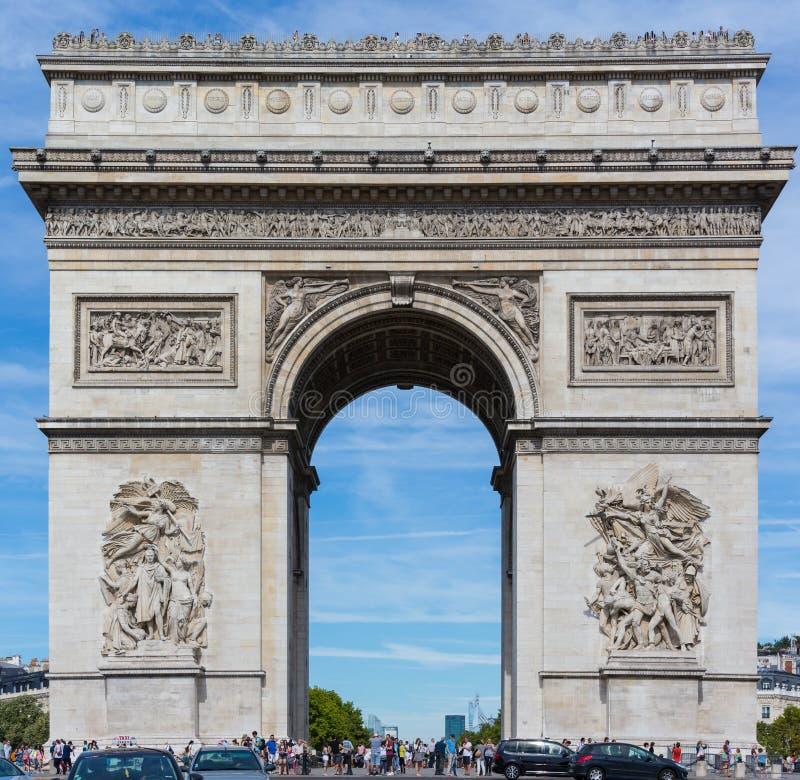 PARIS 10. August - Arc de Triomphe, Paris, Frankreich wird von den Tausenden Touristen am 10. August 2015 umgeben stockfotos