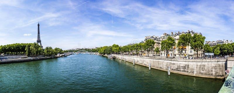 Paris avec la vue à Tour Eiffel - la Seine photographie stock
