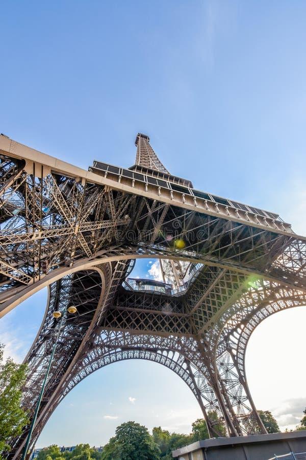 Paris, beau Tour Eiffel du pied gauche photographie stock libre de droits
