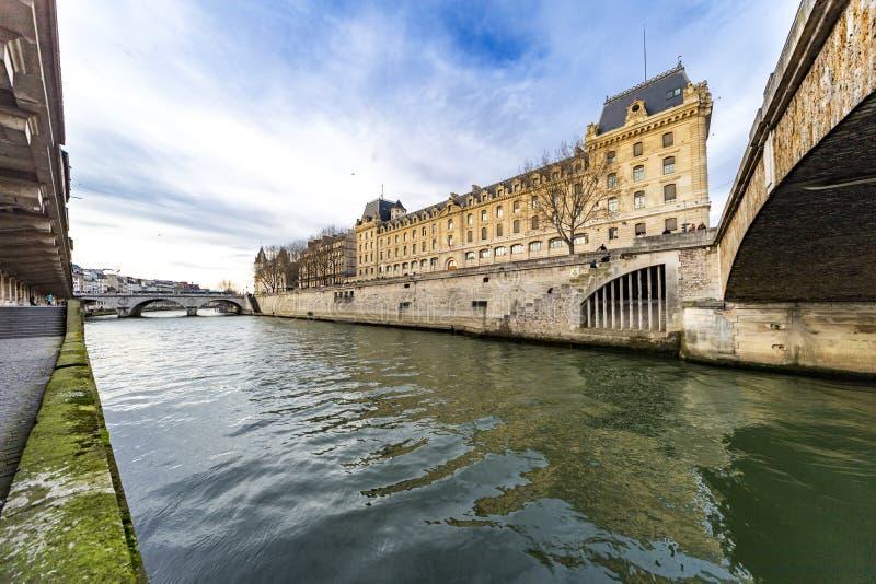 Paris brottslig domstol över Seinet River fotografering för bildbyråer