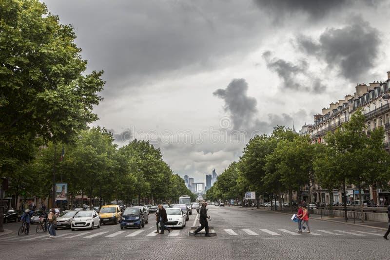 Paris, Champs-Elyseesverkehrsnachtszene lizenzfreie stockfotografie