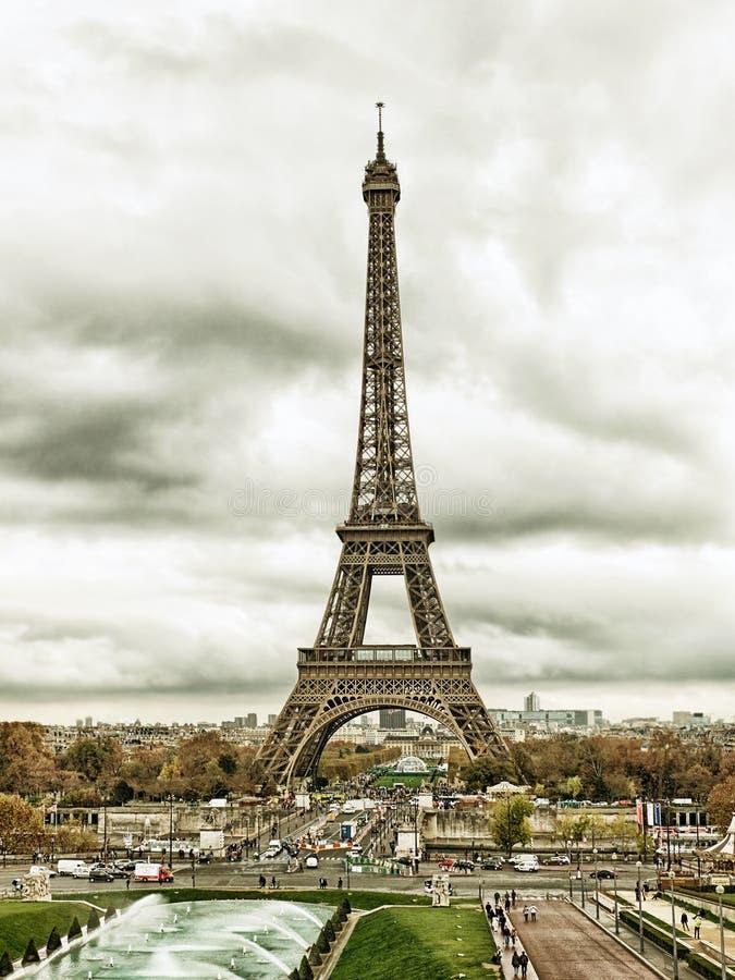Paris cityscape med Eiffel står hög royaltyfria bilder