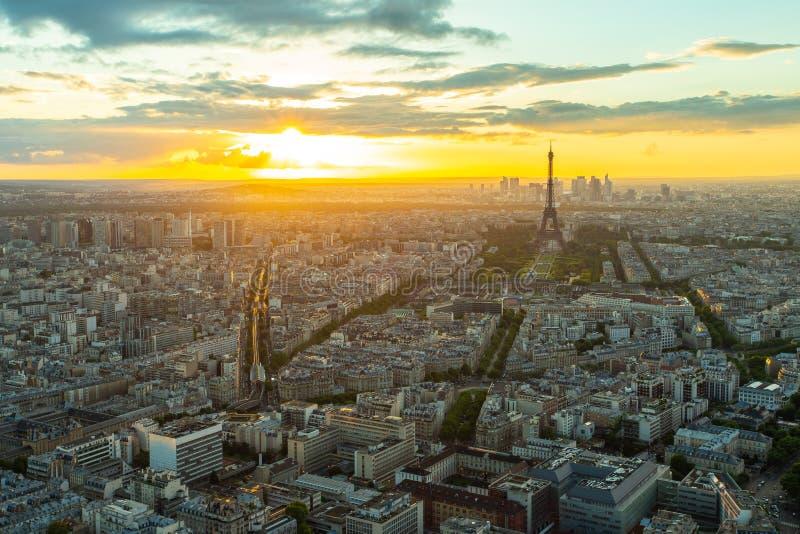 Paris cityscape med solnedgång i Paris, Frankrike arkivbilder