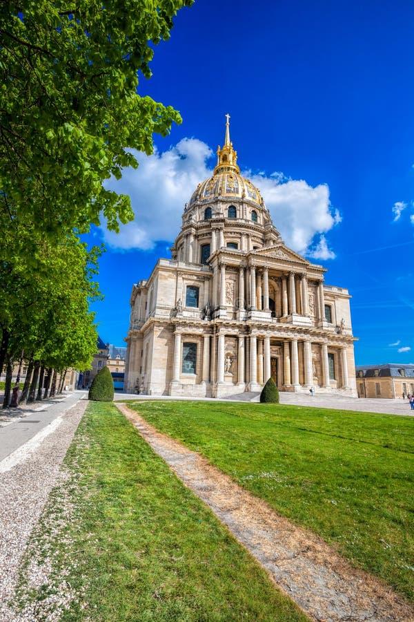 Paris com Les Invalides durante o tempo de mola, marco famoso em França fotos de stock