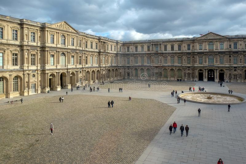 Paris - das Louvre-Museum Louvre ist eins des größten Museums in der Welt und jedes Jahr empfängt mehr als 8 Million Besucher lizenzfreie stockfotos