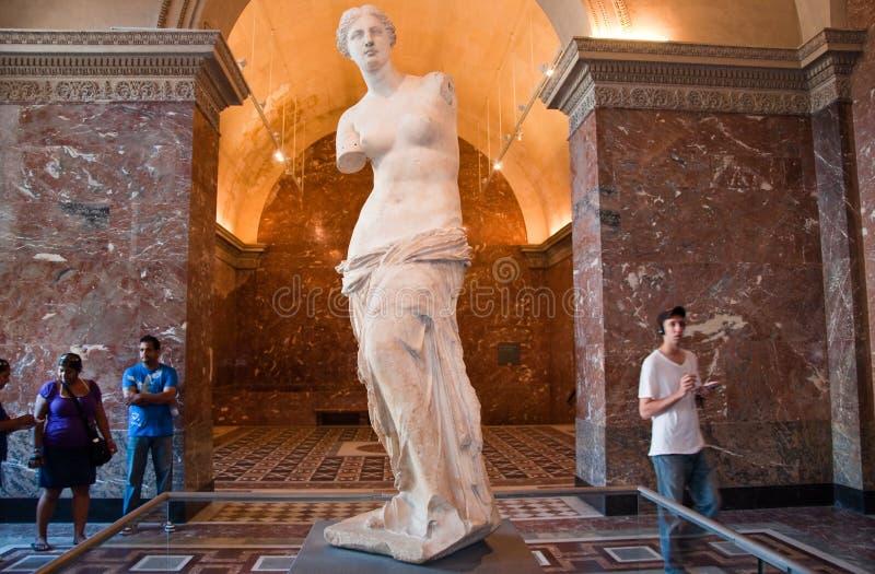 PARIS 18 DE AGOSTO: Visitantes no museu do Louvre, o 18 de agosto de 2009 em Paris, França. imagens de stock royalty free